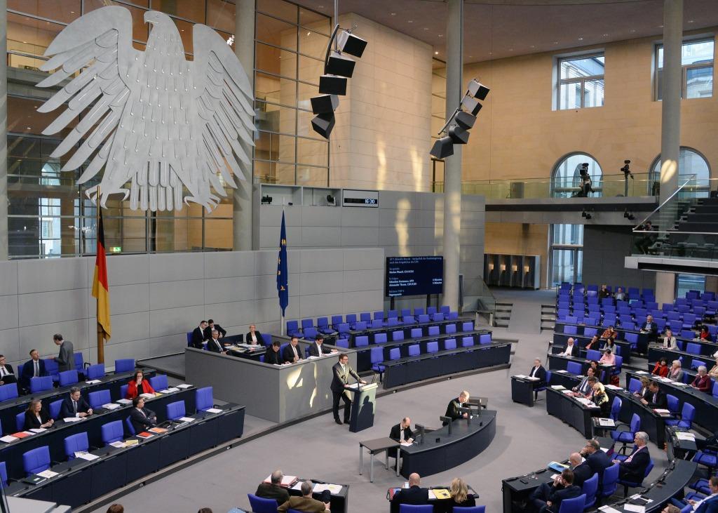 Plenarsitzung Deutscher Bundestag, 80. Sitzung. Ein Mann am Rednerpult spricht zu Bundestagsabgeordneten.